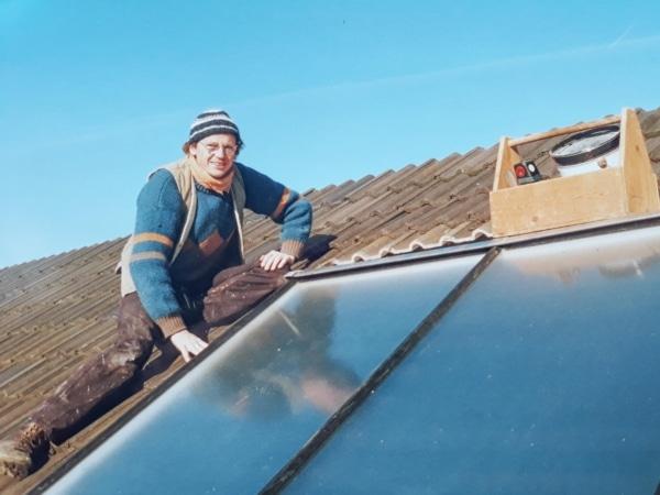Ralph Müller auf dem Dach mit Solaranlage